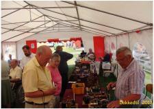 10a, Henry Nielsen fra Thisted fortæller gæsterne om sine kunstværker på MDK udstillings teltet på åbent husdagen i den gamle Remise i Dokkedal!