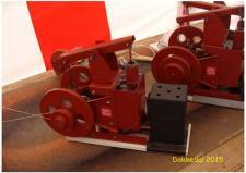 10b, Dagens vært for ModelDampKlubbens udstilling på Remisen i Dokkedal er John Hane-Schmidt, som bygger nogle forunderlige enkle, men alligevel genialt udtænkte Stirlingmotorer, som den her viste enkeltcylindrede røde model! Foto; Ks – Dokkedal den 11. juli 2015