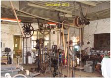 """10b, Hvem falder ikke for de gamle maskiner – i dag ser man jo kun et sådant værksted i museums sammenhæng – her er det på den gamle remise i Dokkedal, hvor en snes museums aktive holder værkstedet i live, ved at bruge det til vedligehold og renovering af diverse maskiner, som har været anvendt i mosebruget i den """"Lille Vilmose"""". Beliggende ud til Kattegat!"""