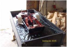 """10d, For et års tid siden har John Hane-Schmidt i Dokkedal bygget denne Model af en Slæbebåd med en 2cylindret  Sterlingmaskine – med hjælp fra en køkkenvægt fik John målt slæberens """"Pæletræk"""" til 65gram! Foto; Ks – Dokkedal den 11. juli 2015"""