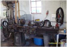 """10d En lignende drejebænk med fladremstræk betjente jeg  i min læretid - kunne anvende såvel smedet stål som toolbits, som det skærende værktøj - brugte et smedet """"skærestål"""" til at rejfe flere tusinde kort ½"""" afstandsrør - """"lærligearbejde"""" og det var """"hold kæft"""" og bestil noget! Landbrugsmaskinfabrikken A. Blom & Søn, på Adelgade i Skanderborg i 1959!"""