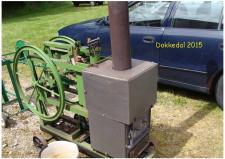 10e, På Remisen i Dokkedal, som ligger direkte ud til Kattegat, har John Hane-Schmidt også begået en lidt større udgave af en Stirlingmaskine. Byggeriet startede forrige år – og står der så en model med en enkelt cylinder, som der faktisk er lidt arbejde i – om ikke andet så kan den jo fungere som varmekilde i det kolde værksted i vintiden! Brændselet er tørvebriketter, som man selv presser på Remisen  i Dokkedal! Foto; Ks – Dokkedal den 11. juli 2015