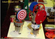 """10e, Christian Krogsgaard fra Nibe Baadevæft har foræret denne """"ØldåseVarmluftsmotor"""" til Industrimuseet - skal bruges til at undervise unge mennesker teknikkens forunderlige verden - maskinen kan køre ved blot at tænde et fyrfadslys, når altså den bygget efter principperne for en Stirlingmotors virke!"""