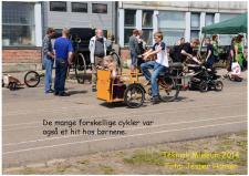 """10f, Og spændende """"legetøj"""" har altid fascineret børn og unge – her er det en samling forskellige cykler og andre pedaldrevet køretøjet, som man gerne må anvende! Her er det en model af postvæsenets trehjulede Elcykler! Foto; Jesper Hansen den 5. juli – Danmarks Tekniske Museum i Helsingør."""