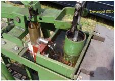 10g, Et nærbillede hvor vi ser vandpumpen til kølevandent omkring træk/tryk stemplet på den lidt store Stirlingmaskine på Remisen i Dokkedal! Foto; Ks – Dokkedal den 11. juli 2015