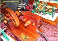 10g, Henry Nielsens Dampmaskine bygget helt i træ, (bortset fra nogle skruer),   har anvent 2 trætyper amerikansk Picth Pine generelt og med moseeg som til til kontakten mellem lejesøler og stempel!