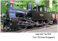 """10g, Knud Eriks flotte Damplokomotiv fremtræder i al sin pragt grundlovsdag på Jernbanen i Faarup.  Det lidt specielle ved nr. No  444, er at det var det første Damplokomotiv som blev bygget på Frichs Fabrikker i Aarhus, det har nemlig fabrikkens bygge nr. 1, og blev leveret til DSB i 1913. Knud Eriks No  444, er bygget i årene 1999 – 2004/5.  Det er bygget i størrelses forholdet 1:8 – og med en sporvidde på 7¼"""". Foto; Christian Krogsgaard i Nibe!"""