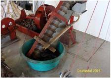 """10h, John Hane-Schmidt har bygget et utal af sine """"egne"""" røde Stirlingmotorer – her en der trækker en vandsnegl – en ædgammel teknik beskrevet af Arkimedes før vor tidsregning – herom mere i klubbladet! Foto; Ks – Dokkedal den 11. juli 2015"""