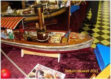 """10j,  Poul Svensson har for år tilbage bygget DampChalluppen """"AFRICA QUEEN"""" - som en del nok husker fra filmen af samme navn - Dampbåden er RC styret, og får den sit brændsel fra en indbygget gastank!"""