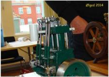 10q, Vistnok Henry Nielsen i Thisteds første Dampmaskine som modelbyggeri – den kan køre på trykluft! Foto Ks, medlemsmøde i Ølgod den 29. oktober 2014