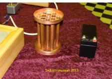 11i,  Poul Svensson fra Assens er i gang med at bygge en Dampkedel til en af sine Dampmaskiner - jeg falder for et smukt stykke håndværk, som jeg synes kedelen indre udført i skinnende kobber er, og det endda med rigtig valsede rørender!