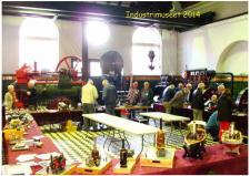 12a, ModelDampKlubben udstillede den 11. oktober på industrimuseet i Horsens – her et billede af udstillerne i den store maskinhal – taget i modlys fra i den høje hal! Foto Ks - ModelDampKlubbens udstilling på Industrimuseet i Horsens den 11. oktober 2014