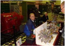 """12b, Hans Jørgen Petersen fra Hvorslev havde sin endnu ikke færdiggede model af """"Hjejlens Dampmaskineri"""" med på Indusrimuseet igen i år - modellen er udført med utroligt mange detaljer - stort set en nøjagtig kopi af den originale maskine. Hjejlen sejler jo, som det må være alle bekendt, stadig rundt på Silkeborg Søerne i en alder af 152år! Ks, ModelDampKlubben på Industrimuseet i Horsens den 13. oktober 2013!"""