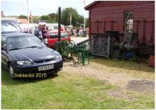 12i, John Hane-Schmidt's Varmluftsmotor her på Remisne i Dokkedal udenfor værkstedet forand den pressemaskine, som kan presse tørvebriketterne, som anvendes til brændsel på varmluftsmaskinen Foto; Ks – Dokkedal den 11. juli 2015