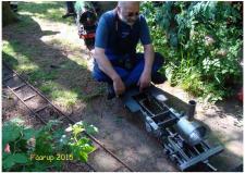 12l, Svend Aage Bonde får testet køreegenskaberne sin undervogn til det Damplokomotiv han er ved at bygge! Det sker på Faarup Banen – Damplokomotivet Litra F 444 er foran alle vognene! Foto; Ks – Dokkedal den 11. juli 2015