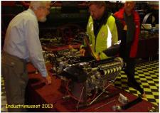 2c, Manden bag den flotte model af en Spitfiremotor Gunnar Sørensen, Horsens ses her i samtale med en museumsgæst!  Ks - ModelDampKlubben på Industrimuseet i Horsens den 13. oktober 2013!
