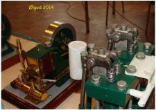 3a, En ventilstyret Dampmaskine fremstillet af Henry Nielsen, Thisted for mange år siden, ved siden af denne ser vi, Henry's seneste byggeri – en Flammesluger! Foto Ks – Ølgod den 29. 11.2014