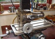 4å, Henning Laursen fra Stoholm er i færd med at fremstille 2 modeller af B&W's første diesel motor – her ses det en kruptaphus opsat til bearbejdtning i fræseren. Henning fremstiller maskindelene ud fra en klump Jern! Foto: Ks i 2012