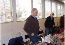 4a, Hans Jørgen Petersen og Vagn fra Hvorslev betragter de medbragte modelarbejder! Ks, Medlemsmøde i Risskov den 25. januar 2014.