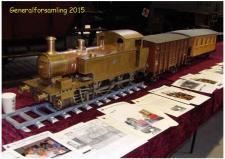 5c, Per Ottosen, Tølløse er bygmester for dette messingskinnende Damplokomotiv med tilhørende togvogne! Foto Ks; ModelDampKlubbens generalforsamling på Jernbanemuseet den 21. marts 2015