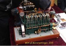 """5m, Denne prægtige 6 cylindrede modelmotor er bygget af Henry Nielsen fra Thisted, """"selvstarteren"""" ses bag motoreren, som jo lyder som en sekser skal lyde – den blev startet mange gange på udstillingen i Grenaa. Foto Ks – Motorsamlingen i Grenaa den 25. april 2015"""