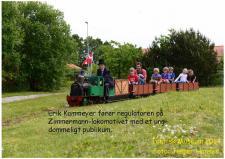 """5p, """"Fars Dag"""" på Teknisk Museum i Helsingør på fredag den 5. juni »Grundlovsdag« køres det igen med Damptog – på billedet er ModelDampKlubbens skaber Erik Kammeyer, som med høj Hat og sikker hånd fører et Damplokomotiv med en togstamme publikiummer rundt på det lange 7¼"""" spor – Kammeyer har i mere en 30år kørt rundt med disse ModelDamplokomotiver – og de fyrer med rigtige stenkul – hvem husker duften af """"banegaard""""? Foto; Jesper Hansen – 5. juni 2014!"""