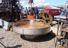 5ø, Vandfontænen i billedet fungerer som køleanlæg fod den store dieselmaskine i baggrunden – måske nogle af læserne kan fortælle og om motorfabrikatet? - denn form for beluftningskøling, ses jo i dag på mange steder i afskærmede køletårne – og sikken masse energi der går til spilde! Ks: Motortræf og Stumpemarked på Kristiansmindevej i Grenaa.