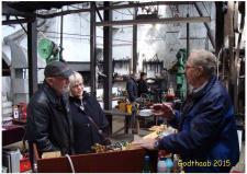 """6e, Hans Jørgen Petersen i samtale med gæsterne på MAMMERVÆRKET – mange er interesseret i Hans Jørgens model af """"Hjejlemaskinen"""" - den Dampmaskine som i D/S HJEJLEN sejler den dag i dag på Silkeborgsøerne – ModelDampKlubben udstiller i de gamle fabrikshaller, som er genskabt, som de så ud, da virksomheden standsede i 1987! Foto; Ks den 31. maj – GODTHAAB HAMMERVÆRK, Svenstrup ved Aalborg"""