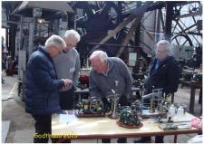 6l, Fire jyske medlemmer af ModelDampKlubben i diskussion forand modelbyggerierne Foto; Ks den 31. maj – GODTHAAB HAMMERVÆRK, Svenstrup ved Aalborg
