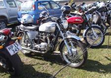 7d, Motorcyklerne fra 50-60erne er vist der der tænder generationen på 65-90år – som denne Norton, som ses opstaldet i pæne rækker ude foran udstillings pladsen ved Dansk Motor- og Maskinsamling i Grenaa! Ks: Motortræf og Stumpemarked på Kristiansmindevej i Grenaa i 2013.