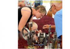 """7f, En lille purk viser stor interesse for Lynge Olsens model af en Petroliummotor! Og det er vel på den ModelDampKlubben kan skabe fremtidige medlemmer – Kredsbestyrelsen har jo fornylig skabt muligheden for """"unge medlemmer""""! Foto; Bent Hedegaard Bertelsen, Hadsund"""