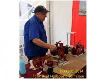 """7g. John Hane-Schmidt tilhører den faste stok i mandskabet på """"Remisen i Dokkedal""""! John er en meget produktiv modelbygger, som har specialiseret sig i Varmlufts Maskiner – disse er kendetegnet ved, der ikke anvendes drejebænk og fræser til fremstillingen kun de værktøjer, som findes på de fleste af """"modelbyggernes"""" egne værksteder. John Hane-Schmidts modeller har alle Johns Røde kendingsfarve!   Foto; Bent Hedegaard Bertelsen, Hadsund"""