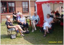 7p, Lørdag den 13. juli var der »Åbent Hus« på Remisen i Dokkedal – Ved indgangen til det teltet med udstillerne fra ModelDampKlubben, sidder der 4 kendte damer og god snak om mangt og meget! Ks; Remisen i Dokkedal – Lille Vildmose ud til Kattegat kysten den 13. juli 2013.