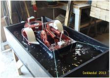 """7q, John Hane-Schmidt byggede for et år siden denne Slæbebåd, med en 2 cylindret Stirling motor – En slæbebåd skal jo have en vis trækevne """"Pæletræk"""", nu har John testet sin """"nybygning"""" til et at have et """"Pæletræk"""" på hele 50 gram og en sejlhastighed på 5km/h – B/B båden er radiostyret! Ks; Remisen i Dokkedal – Lille Vildmose ud til Kattegat kysten den 13. juli 2013."""