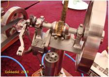 7w, Detaljer på Lynge Olsens fristempelmotor – tandstangen forbundet til stemplet og trækker over et friløbstandhjul på det snurrende drivaksel med svinghjul! Ks; Remisen i Dokkedal – Lille Vildmose ud til Kattegat kysten den 13. juli 2013.