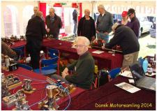 9a, Et muntert øjblik i ModelDampKlubbens telt på åbningsdagen i Grenaa! Ks, den 26 april hos Dansk Motor- og Maskinsamling